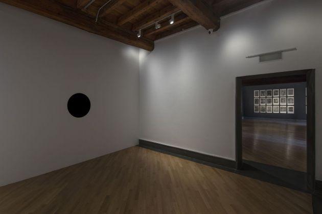 Black Hole. Anish Kapoor e Jean Dubuffet. Installation view at GAMeC, Bergamo 2018. Photo Antonio Maniscalco. Courtesy GAMeC - Galleria d'Arte Moderna e Contemporanea di Bergamo