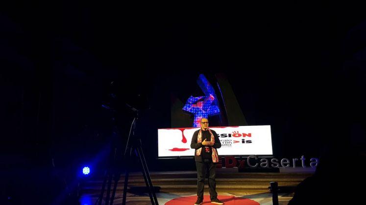 Franz Cerami presenta il progetto Lighting flowers durante TEDx Talks, Reggia di Caserta, 2018