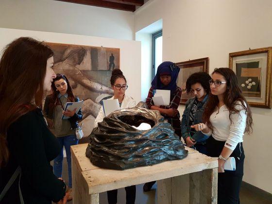 I ragazzi che hanno preso parte alla terza annualità del progetto My Place-My Voice in un momento di incontro con Clara Luiselli, educatrice GAMeC. Courtesy GAMeC – Galleria d'Arte Moderna e Contemporanea di Bergamo