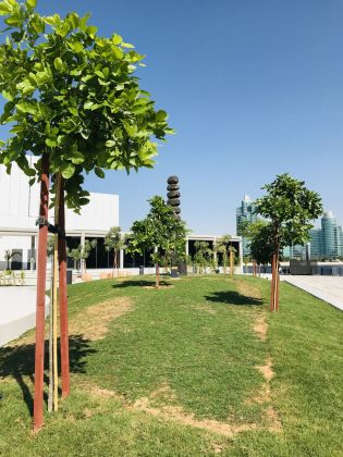 Jameel Arts Centre, Dubai. Lo Sculpture Park con, sullo sfondo, l'opera di David Nash