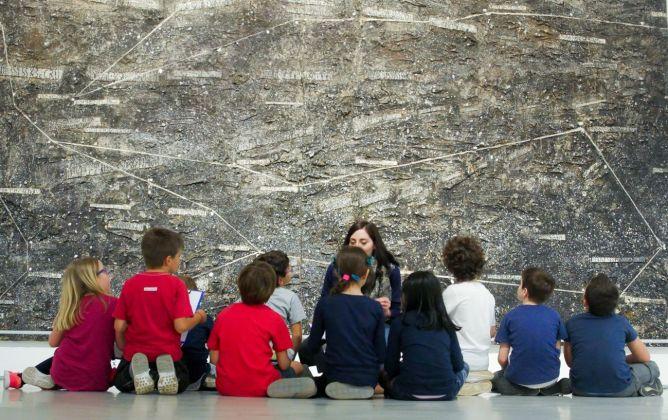Laboratorio per scuola primaria _I luoghi dell'arte a portata di mano. Al MAXXI le carte di Maria Lai_ (2018). Photo credit Gianfranco Fortuna, courtesy Fondazione MAXXI