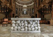 L'altare di Claudio Parmiggiani per la Basilica di Santa Maria Assunta di Gallarate (VA); Fotografia di Giorgio Giovara, courtesy CLP