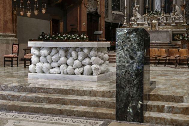 L'altare e l'ambone di Claudio Parmiggiani per la Basilica di Santa Maria Assunta di Gallarate (VA); Fotografia di Giorgio Giovara, courtesy CLP