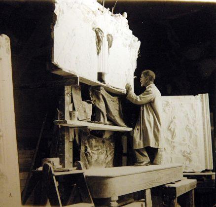 Lodovico Pogliaghi lavora alle formelle della porta di S. Maria Maggiore a Roma_ Credits Archivio Pogliaghi