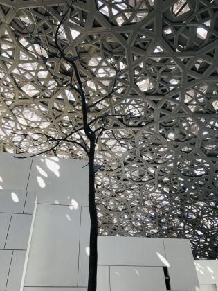 Louvre Abu Dhabi. The Dome e l'albero di Giuseppe Penone