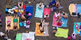 Martin Parr, Sorrento, Italy, 2014, dalla serie Beach Therapy. Photo © Martin Parr _ Magnum Photos. Courtesy Spazio Damiani, Bologna