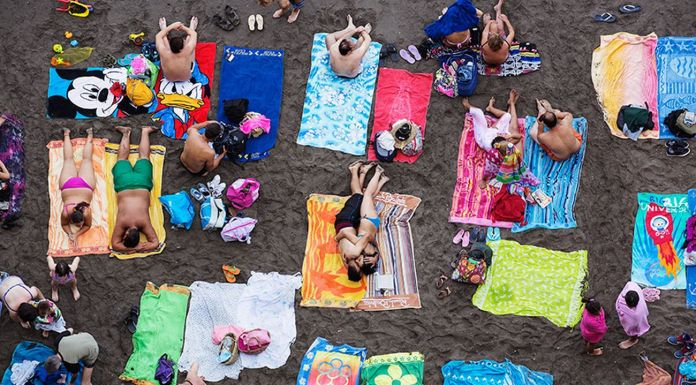 Martin Parr, Sorrento, Italy, 2014, dalla serie Beach Therapy. Photo © Martin Parr _ Magnum Photos. Courtesy Spazio Damiani, Bologna