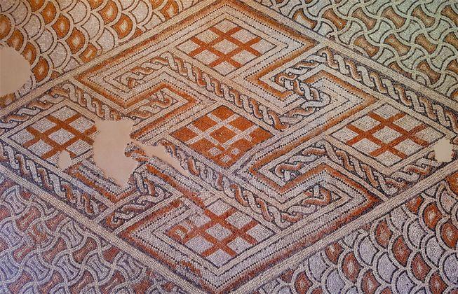 Mosaico dal cosiddetto Palazzo di Teoderico, marmo bianco d'Istria, nero d'Italia, cotto, palombino, rosa di Verona. Inizio del VI secolo