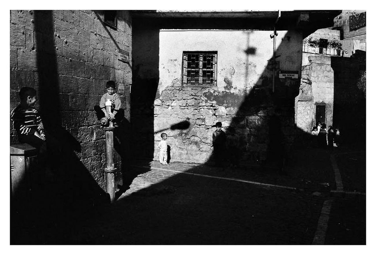 Murat Yazar, Gioco in ombra. Bambini che giocano nelle storiche strade di Urfa. Urfa, Turchia 2011