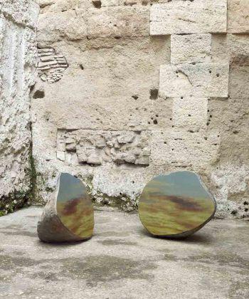 Sarah Sze, Split Stone (7:34), 2018, granite, stainless steel, resin, and pigments (granito, acciaio inossidabile, resina, e pigmenti) in 2 parts, 36 1/4 × 44 1/4 × 31 3/8 inches (92.1 × 112.4 × 79.7 cm) 37 3/4 × 49 1/4 × 27 3/8 inches (95.9 × 125.1 × 69.5 cm). Installed: Museo Nazionale Romano, Crypta Balbi, Rome / Installata presso Museo Nazionale Romano, Crypta Balbi, Roma. Courtesy the artist and Gagosian. Photo by Matteo D'Eletto M3 Studio