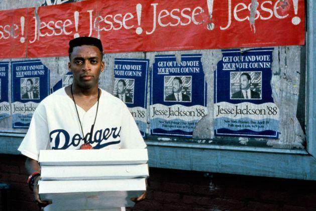 Spike Lee nel ruolo di Mookie, still dal film del 1989 Fa' la cosa giusta, scritto e diretto da Spike Lee