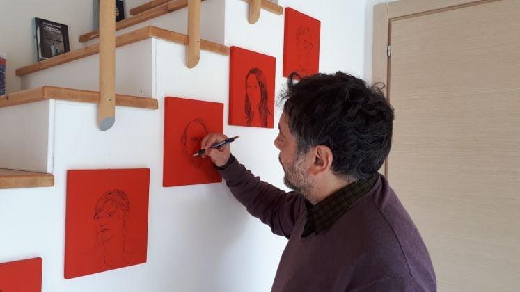 Tommaso Pincio ai BoCs Art mentre disegna Michel Houellebecq
