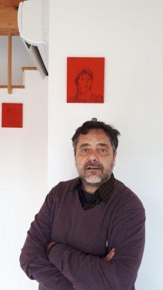 Tommaso Pincio sotto un suo lavoro in corso, ritratto Shelly Duvall