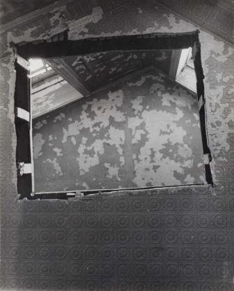 Gordon Matta-Clark, Bronx Floors, Untitled, 1972, 3 fotografie vintage in bianco e nero stampate su carta ai sali d'argento. Courtesy Harold Berg