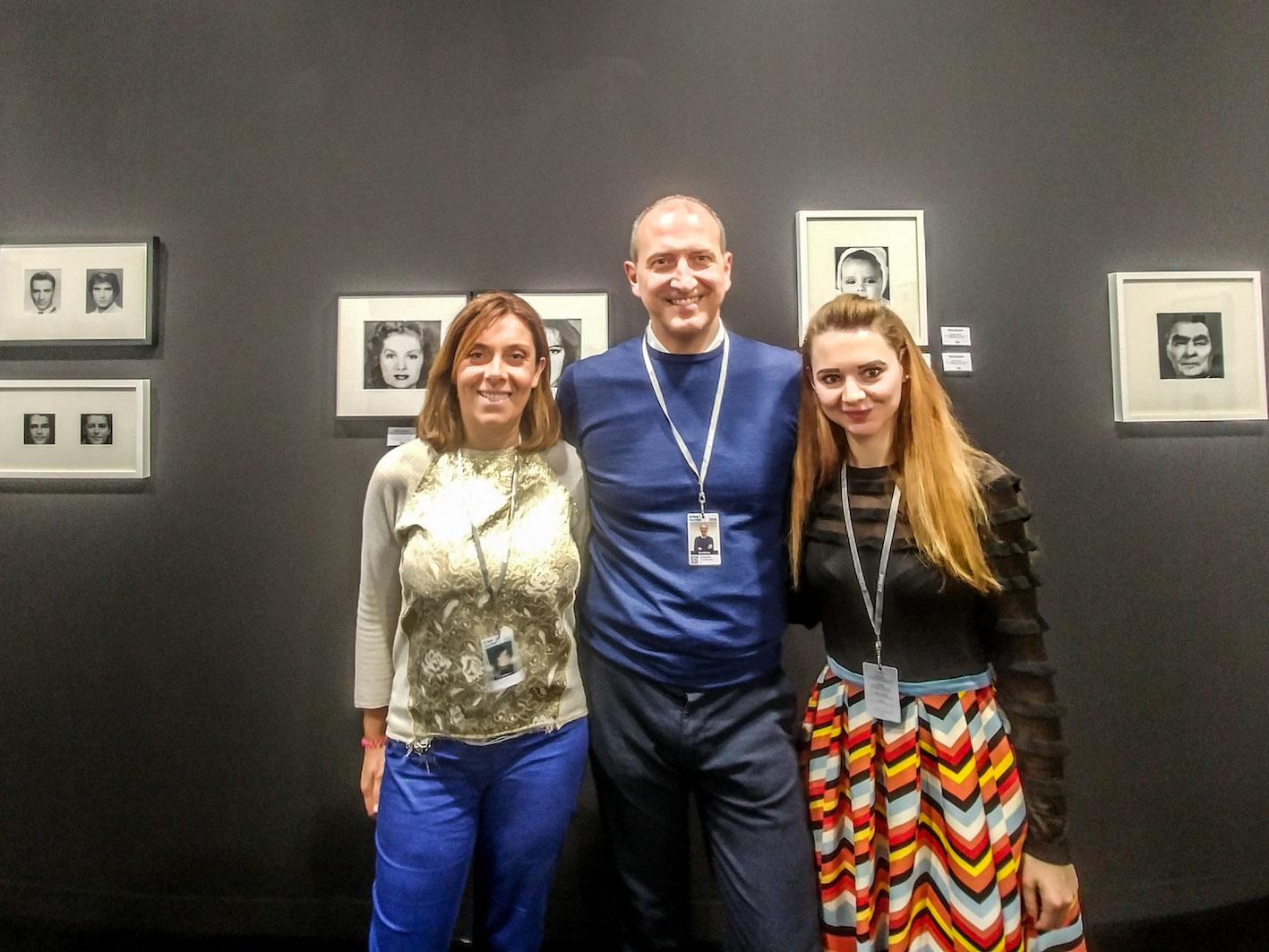 Il team di Paci: Monica e Giampaolo Paci e Federica Manfredi davanti alle fotografie di Nancy Burson