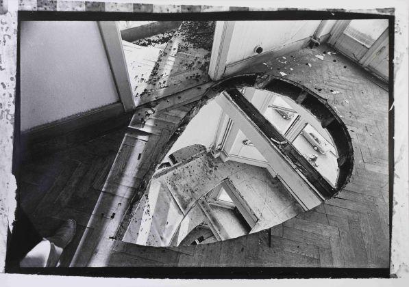 Gordon Matta-Clark, Office Baroque, 1977, Fotografia in bianco e nero stampata su gelatina ai sali d'argento. Courtesy Harold Berg