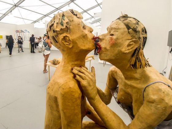 Galleria: Cindy Rucker Gallery; opera: El Beso en el Taburete, di Juan Pablo Langlois Vicuna.