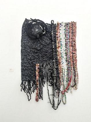 Galleria: Tyburn Gallery; opera: Packaged Resilience, di Moffat Takadiwa.