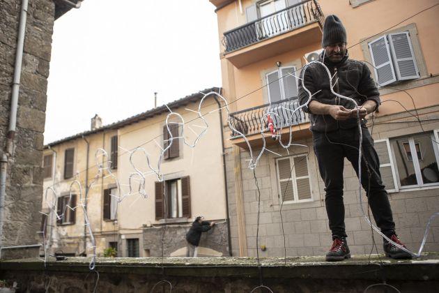 Davide Dormino e Pasquale Altieri durante l'allestimento di Luminaria photo Chiara Ernandes, courtesy Cantieri d'Arte