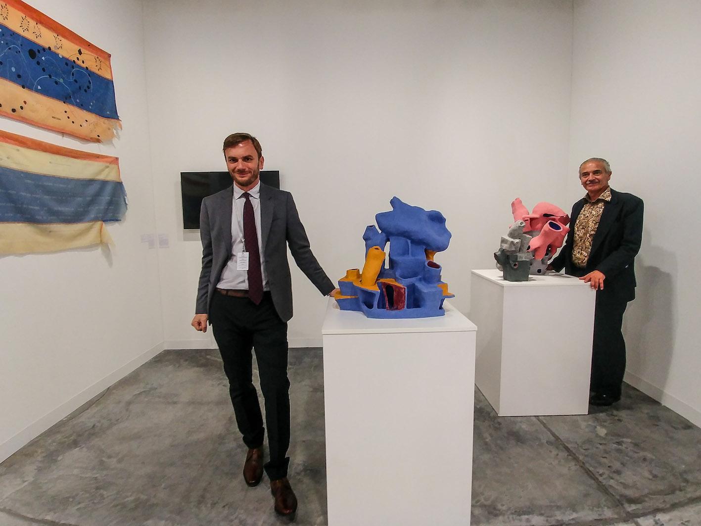 """Gabriele Gaspari (sin) e Mauro Nicoletti (ds) con le opere """"fischianti"""" di Domenico Mangano & Marieke van Rooy"""