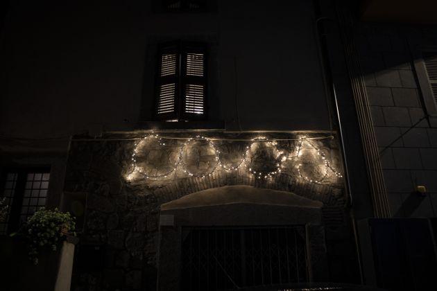 Pasquale Altieri, Massimo De Giovanni e la Scuola d'arte libera, Parole luminose_caos, 2018, photo Chiara Ernandes, courtesy Cantieri d'Arte