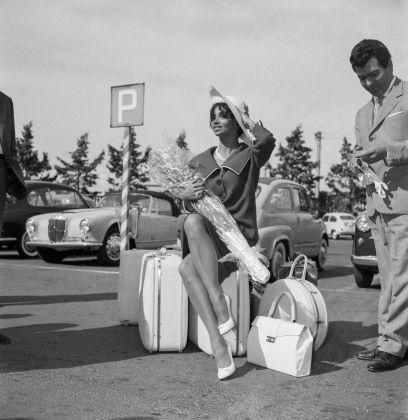 Arrivo dell'attrice cubana Chelo Alonso all'aeroporto di Ciampino, 1959. Photo Archivio storico Luce
