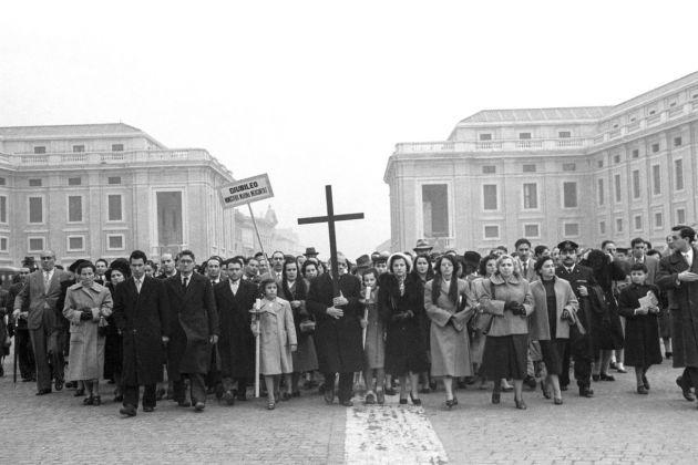 Dipendenti del Ministero della Marina mercantile in processione a San Pietro, Giubileo 1950. Photo Archivio storico Luce