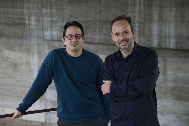 Fernando Serapião, fondatore e direttore della rivista Monolito, e Guilherme Wisnik, responsabile della decima Biennale di Architettura di San Paolo, nel 2013. Photo © Ana Ottoni