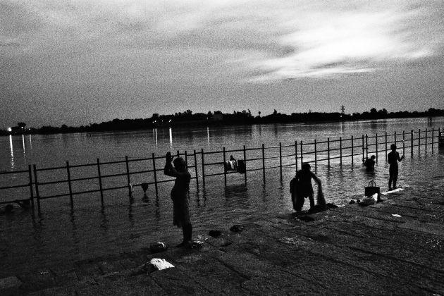 Fabio De Benedettis, Bagno al tramonto nel fiume Cauvery, 2006