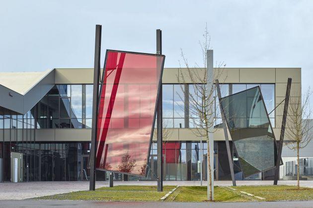 Finstral, Friedberg. L'esterno con un'opera di José Pedro Croft