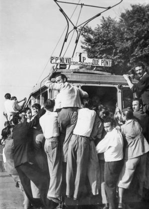 Folla di sportivi alla partenza di tappa del Giro d'Italia. CSAC Universita di Parma - Fondo Publifoto