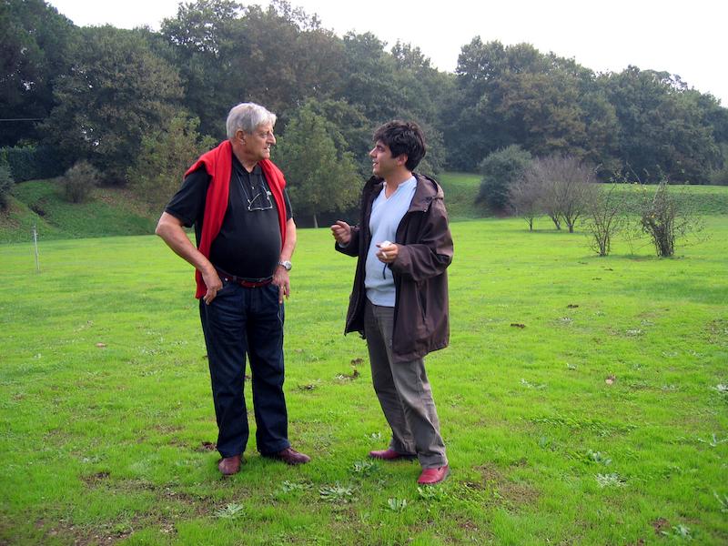 Gianfranco Baruchello e Lorenzo Romito nel giardino della Fondazione Baruchello (2005)