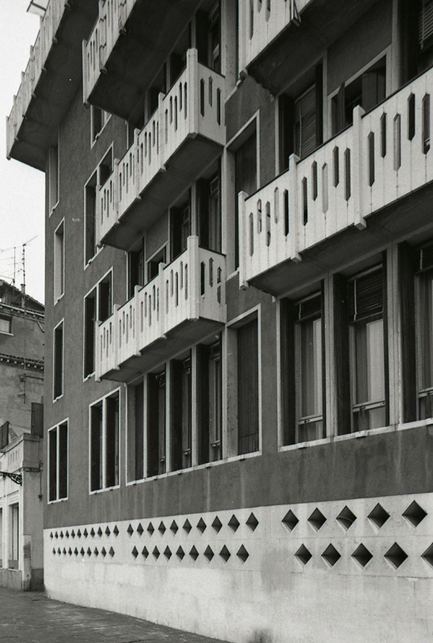 Ignazio Gardella, Casa Cicogna alle Zattere, Venezia. Photo Paolo Monti Servizio fotografico Venezia, 1982 via commons.wikimedia.org