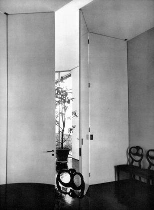 Ignazio Gardella, sistemazione del proprio appartamento nell'edificio di via Marchiondi 7, Domus n. 368, 1960, veduta dalla sala da pranzo verso il soggiorno