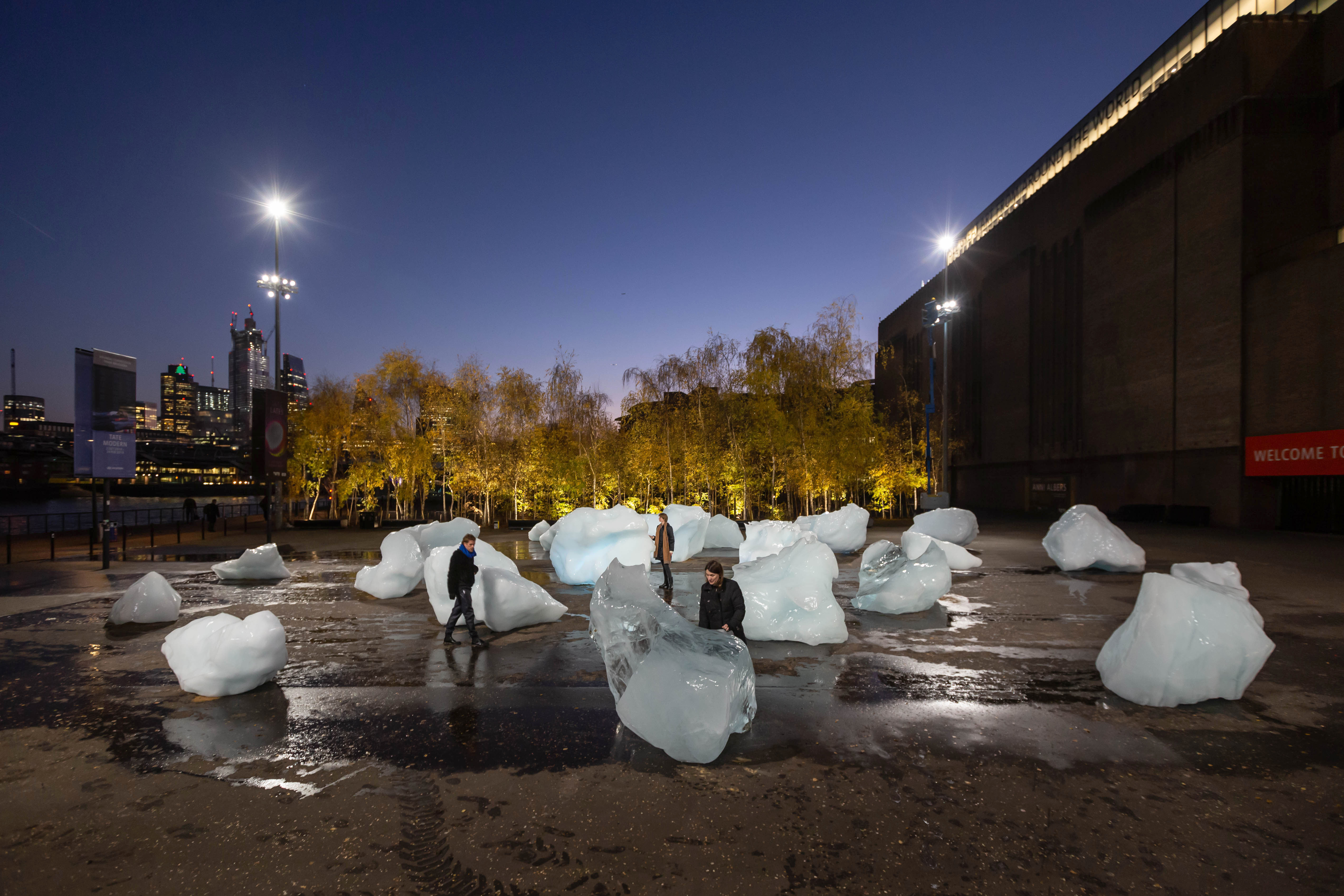 99682a6f99500 Ice Watch by Olafur Eliasson and Minik Rosing Supported by Bloomberg  Installation: Bankside, outside Tate Modern, 2018 Photo: Justin Sutcliffe ©  2018 Olafur ...