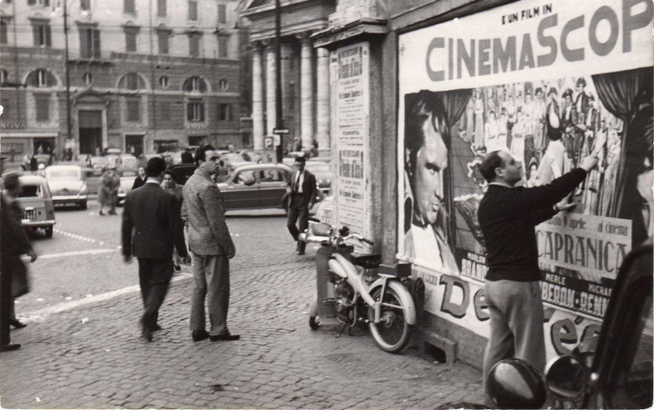 L'artista in Piazza del Popolo, Roma 1954 © 2018 Mimmo Rotella by SIAE