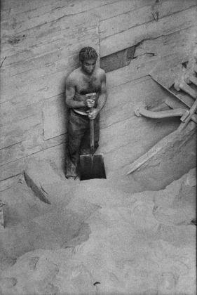 Lisetta Carmi, Il porto, Lo scarico dei fosfati, Genova, 1964 © Lisetta Carmi. Courtesy Martini & Ronchetti