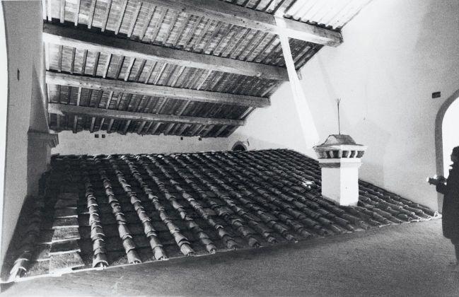 Marco Bagnoli, Golem, Dolmen, Gödel, proiezione di diapositiva, coppi, struttura in legno, disegno su carta, Villa Medicea La Ferdinanda, Artimino 1981. Collage fotografico di Marco Bagnoli