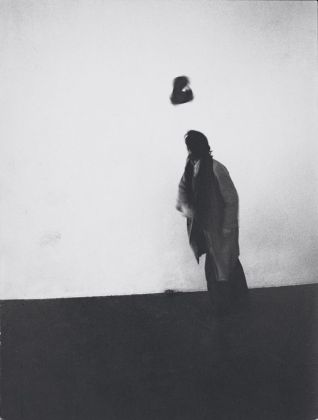 Marco Bagnoli, Baricentro, azione, Studio di via Pace, Milano 1975. Fotografia di Carlo Cantini