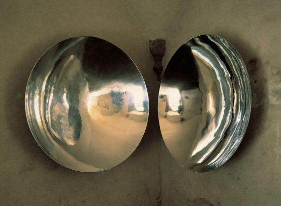 Marco Bagnoli, Janua Coeli, 1988 1992, alluminio e acciaio, 150 cm diametro ciascuno, Basilica di San Miniato al Monte, Firenze 1992. Fotografia di Carlo Cantini