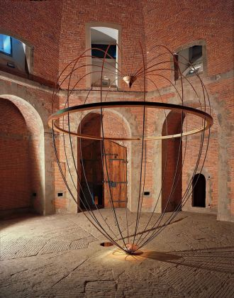Marco Bagnoli, L'anello mancante alla catena che non c'è, mercurio, rame, ferro, legno, 480 x 380 cm, Sala Ottagonale, Fortezza da Basso, Firenze 1989. Fotografia di Carlo Cantini