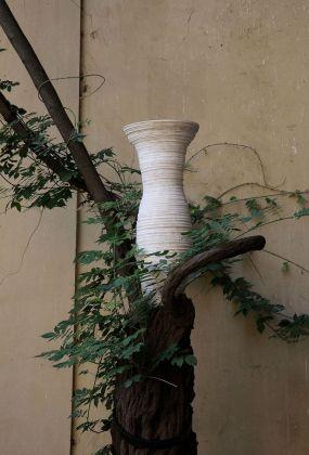Marco Bagnoli, Sonovasoro, 1997 2009, alabastrite, 90 x 30 cm, Palazzo Medici Riccardi, Firenze 2009. Fotografia di Carlo Cantini