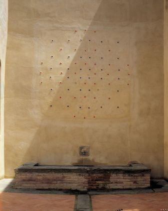 Marco Bagnoli, Spazio [x] Tempo. Si fa così X = 5 (+5)=X, affresco, Castello di Santa Maria Novella, Fiano 1997. Fotografia di Paolo Emilio Sfriso