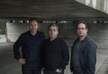 Nuno Sampaio con i curatori della mostra Infinito Vão. 90 anos de Arquitectura Brasileira. Photo © Ana Ottoni