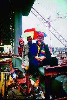 Peter Rice, Renzo Piano e Richard Rogers a cavallo di una gerberette del Centre Pompidou, con Ruthie che osserva dal fondo. Photo credit Tony Evans-RSHP-Arup. Courtesy RSHP