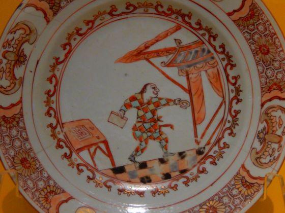Piatto con Arlecchino, prima metà del XVIII sec., Cina. Modena, collezione privata