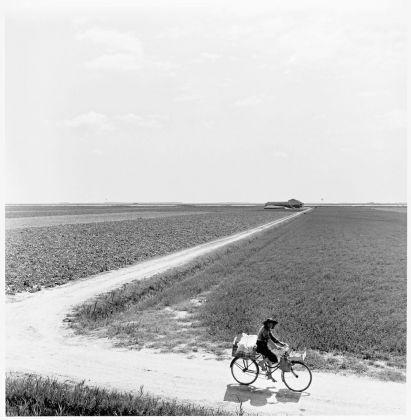 Pietro Donzelli, Delta del Po. Terra senz'ombra. Valle Pega, venditrice ambulante, 1954 © Renate Siebenhaar, Estate Pietro Donzelli, Frankfurt a M.