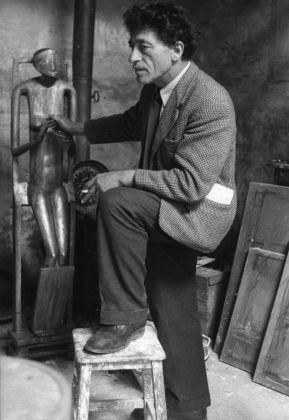 Sabine Weiss, Alberto Giacometti nel suo studio, Parigi, luglio 1954. Fondation Giacometti, Paris © Sabine Weiss