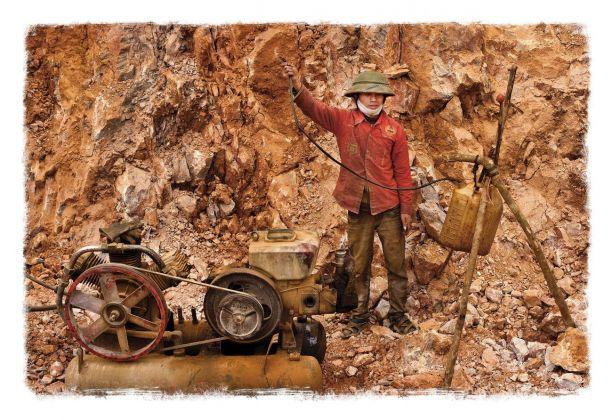 Salvo Galano, Operaio ricarica un compressore durante la costruzione di una strada al confine con la Cina. Lao Cai, Vietnam ® Salvo Galano