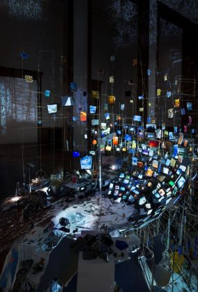 Sarah Sze, Centrifuge, 2017 (particolare). Installation view at Haus der Kunst, Monaco di Baviera 2017. Courtesy of the artist © Sarah Sze